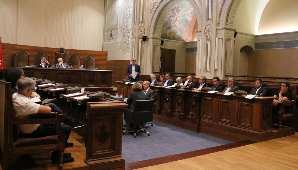 Pla obert del plenari de la Diputació de Tarragona, amb Josep Fèlix Ballesteros explicant la moció, dret. Imatge del 6 d'octubre de 2017