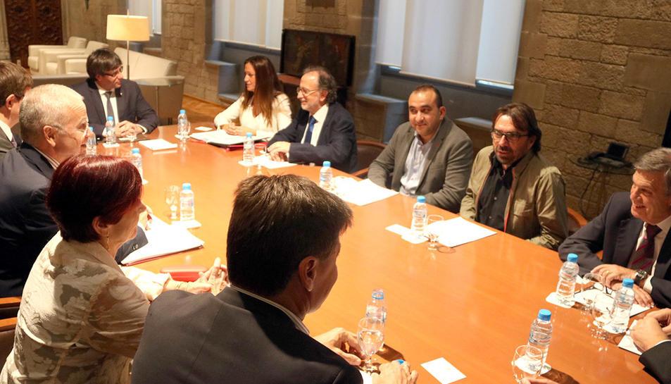 Reunió del president de la Generalitat, Carles Puigdemont, amb els membres de la comissió de mediació