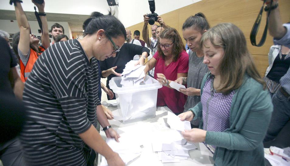 Recompte de vots a l'institut Martí i Franquès de Tarragona l'1-O.