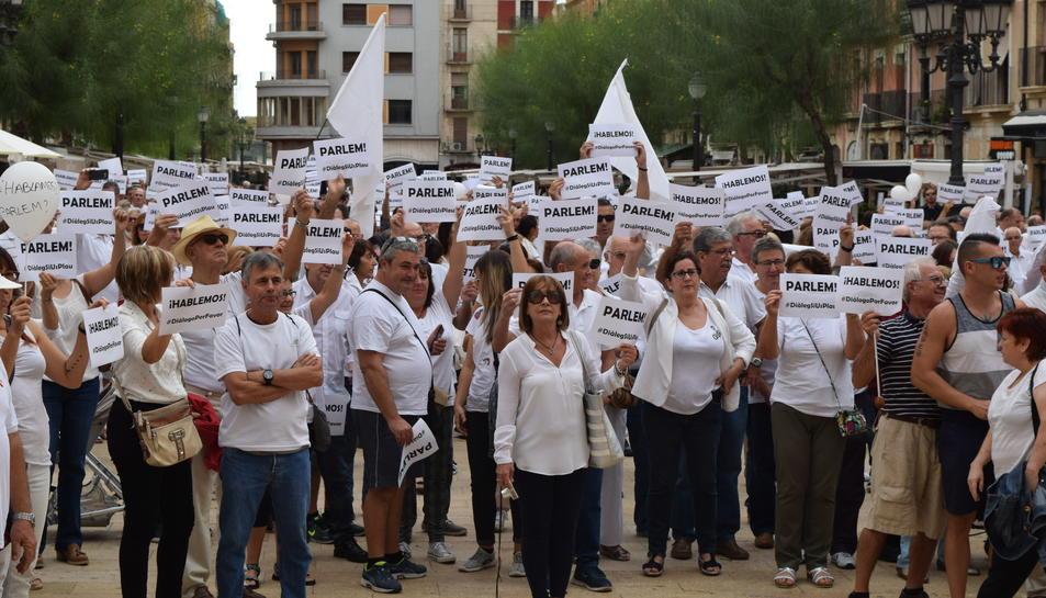 Centenars de persones omplen la plaça de la Font demanant diàleg als polítics.
