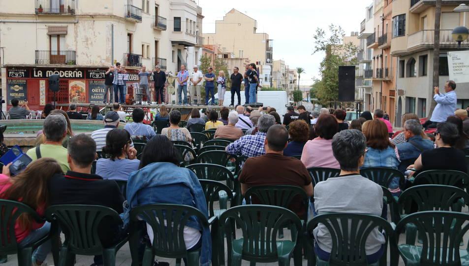 Pla obert de l'acte 'Versos contra la violència' a Sant Carles de la Ràpita. Imatge del 7 d'octubre de 2017