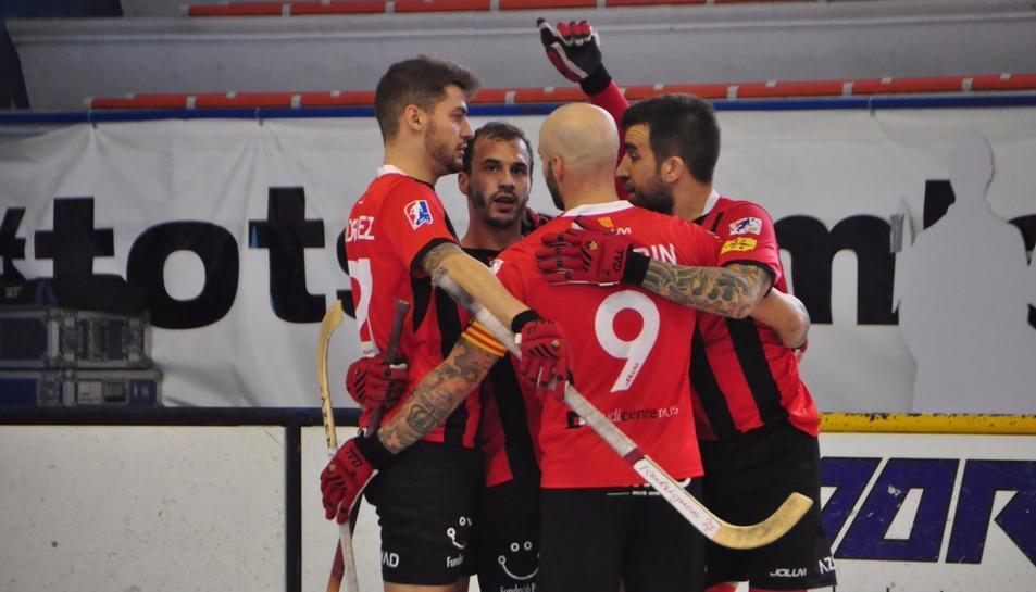 Els jugadors del Reus celebren la victòria a Voltregà.