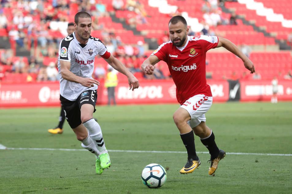 Javi Jiménez en una jugada durant el partit al Nou Estadi contra l'Albacete.