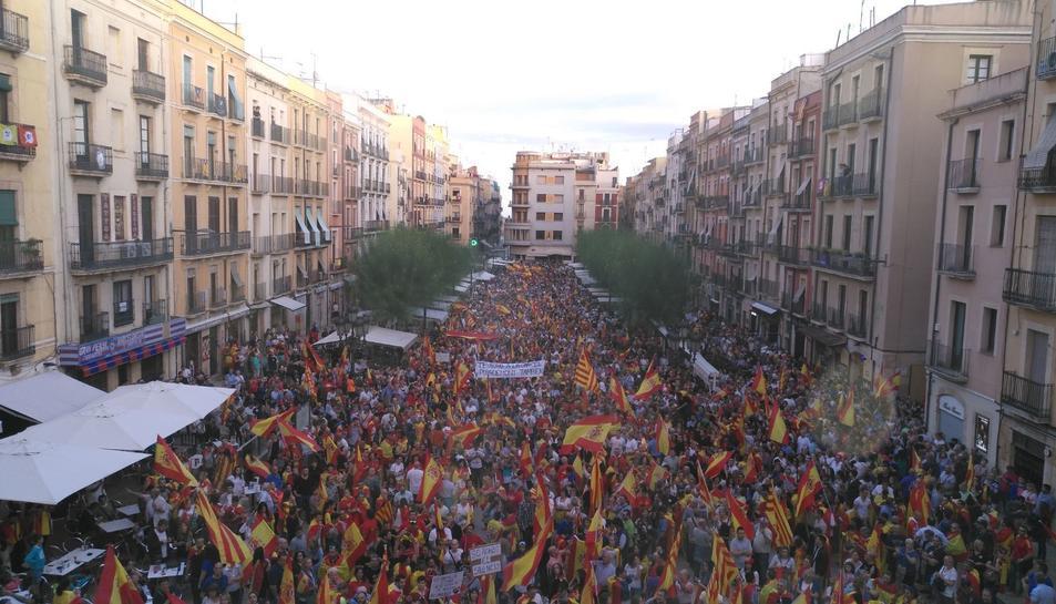 La multitud ha omplert la plaça.