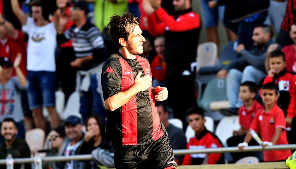 Dejan Lekic celebra el seu primer gol amb la samarreta roig-i-negra davant els més de 2.000 espectadors de l'Estadi Municipal.
