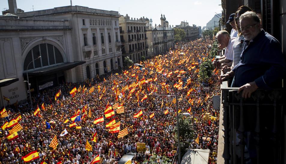 Prop d'un milió de persones es manifesten a Barcelona a favor de la unitat d'Espanya.
