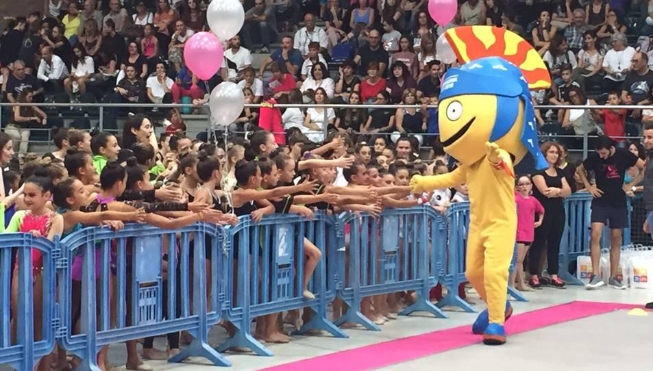 El Tarracus saludant a les gimnastes.