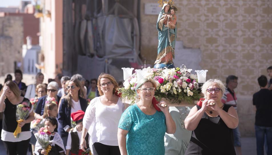 Imatge de la processó al seu pas per la plaça del Rei.