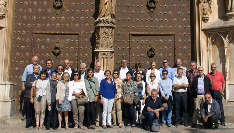 Els antics estudiants a les portes de la Catedral de Tarragona.