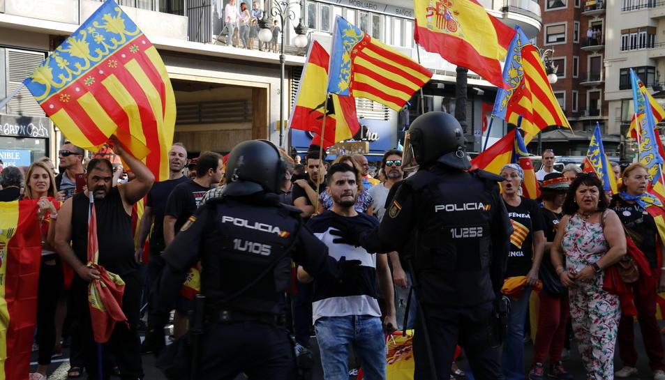 Manifestants intentant «rebentar» la marxa convocada per la Comissió 9 d'octubre a València.