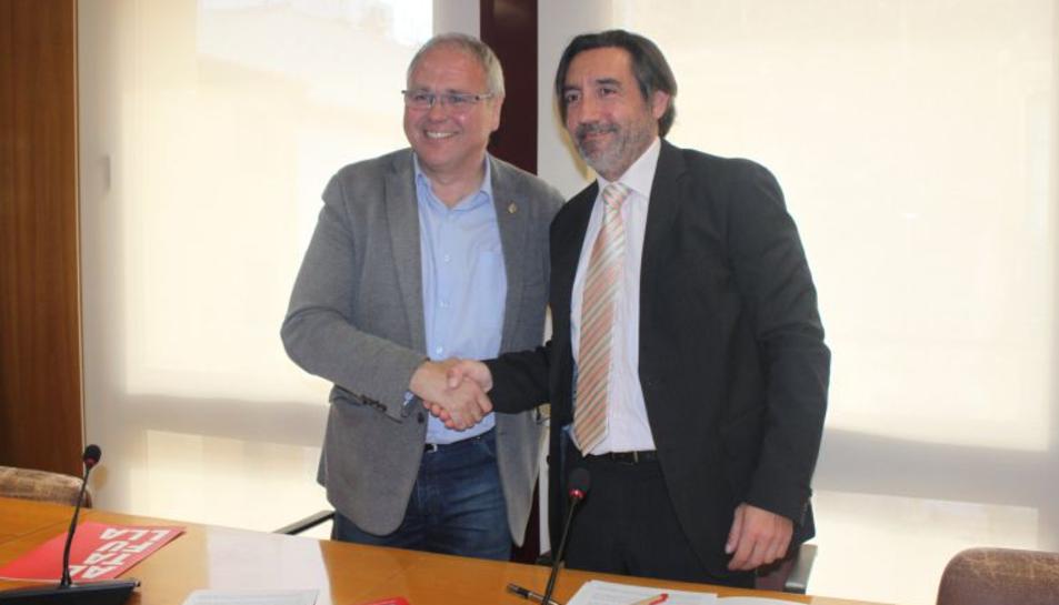 L'alcalde d'Altafulla, Fèlix Alonso, i el portaveu de CDC, Pere Gomés, després de fer l'acord de govern, el 4 d'abril del 2016.