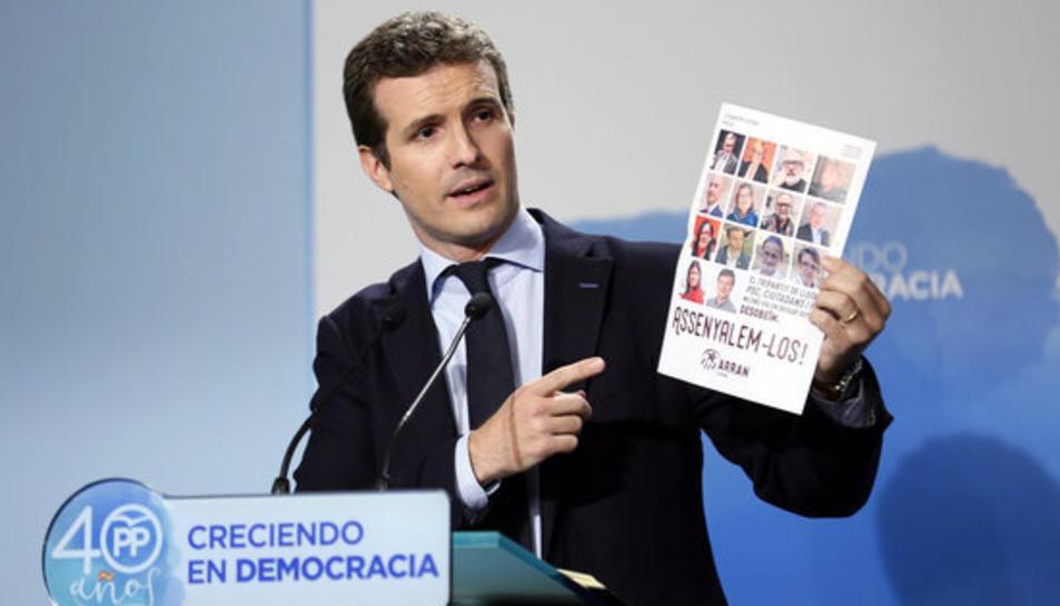 El vicesecretari de comunicació del PP, Pablo Casado, mostra un cartell d'Arran en la roda de premsa del 18 de setembre del 2017.