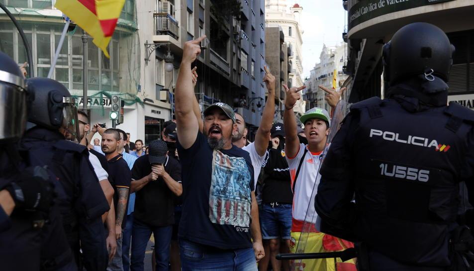 Imatge general de manifestants intentant rebentar la marxa convocada per la Comissió 9 d'octubre a València.
