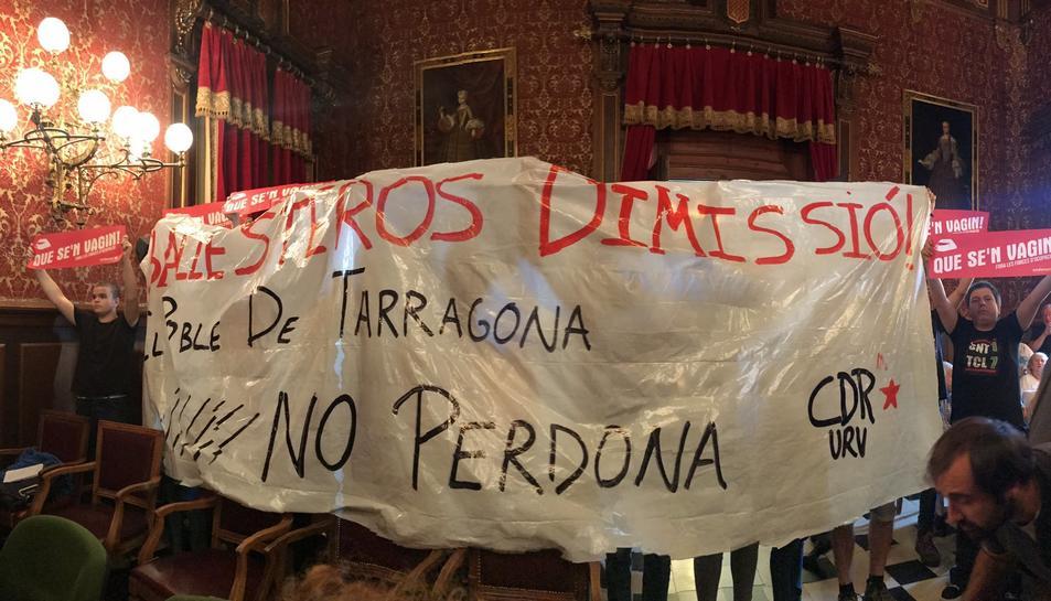 Durant el ple s'ha desplegat una pancarta que demanava la dimissió de l'alcalde.