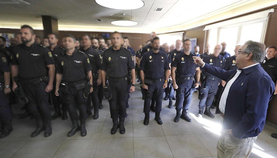 Visita del ministre de l'Interior a policies destacats a la Jonquera.