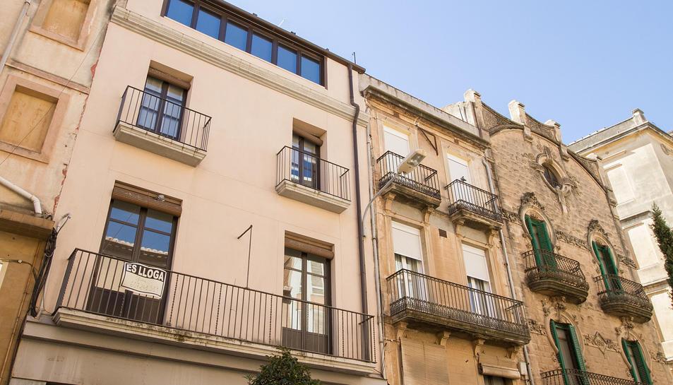 Un anunci d'un pis de lloguer per part d'un particular al balcó d'un edifici del carrer Sant Joan de Reus.