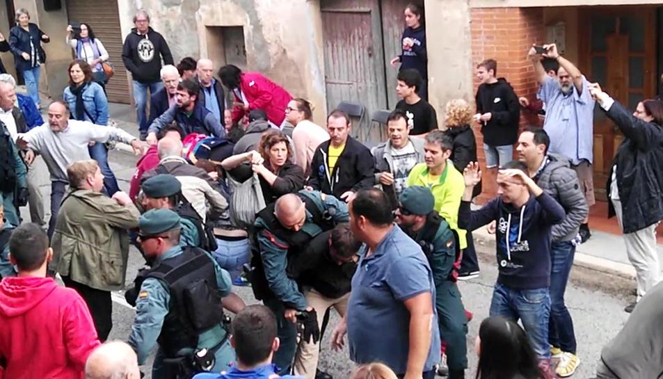 Imatge de la càrrega policial que es va produir a Cabra del Camp, a l'Alt Camp.