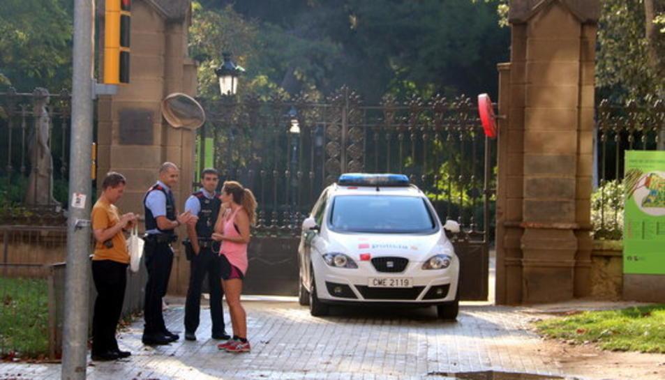 Imatge d'una patrulla de Mossos davant d'una porta tancada del parc de la Ciutadella, al passeig Pujades.