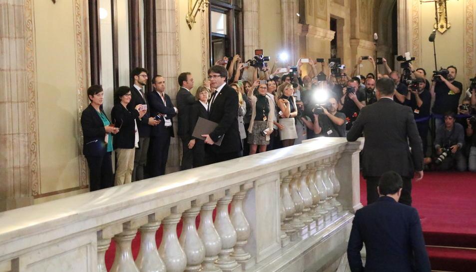 Carles Puigdemont, captat per desenes de càmeres i fotògrafs que l'esperaven al peu de l'escala del Parlament.