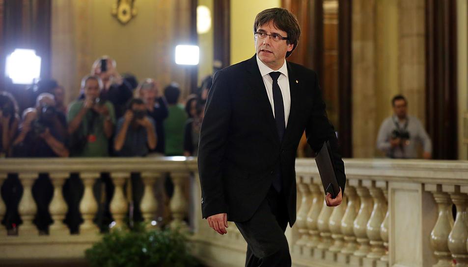 El president de la Generalitat, Carles Puigdemont, pujant les escales principals del Parlament de Catalunya.