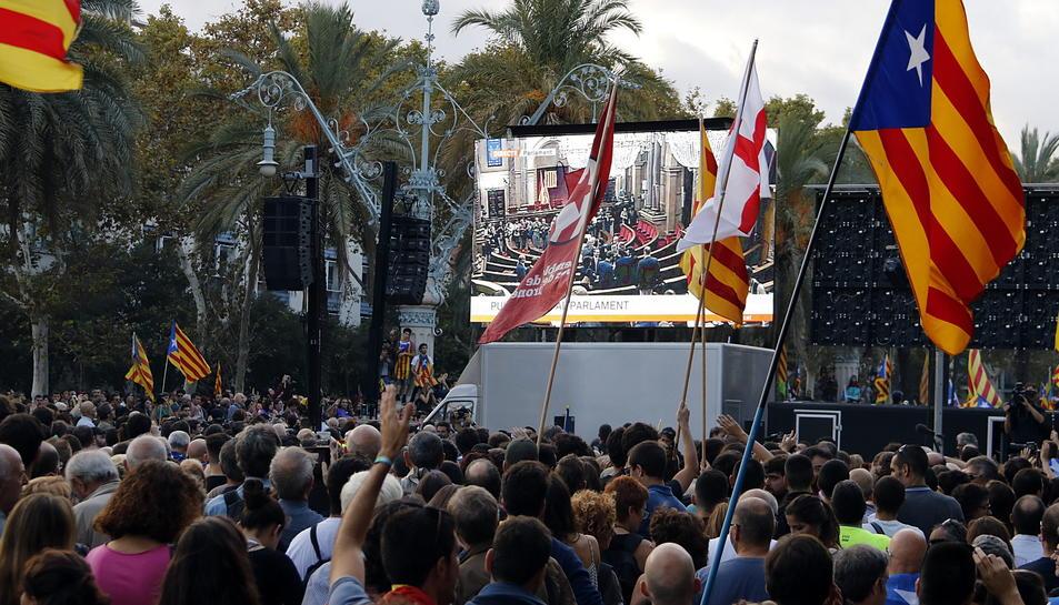 Manifestants al Passeig Lluís Companys acomiadant amb la mà als diputats de l'oposició quan han sortit de l'hemicicle en anunciar-se que el ple s'endarreria una hora.
