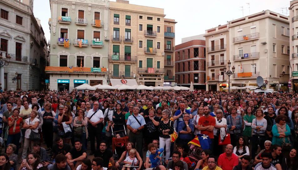 La plaça del Mercadal, plena de ciutadans seguint en directe la compareixença del president Carles Puigdemont.