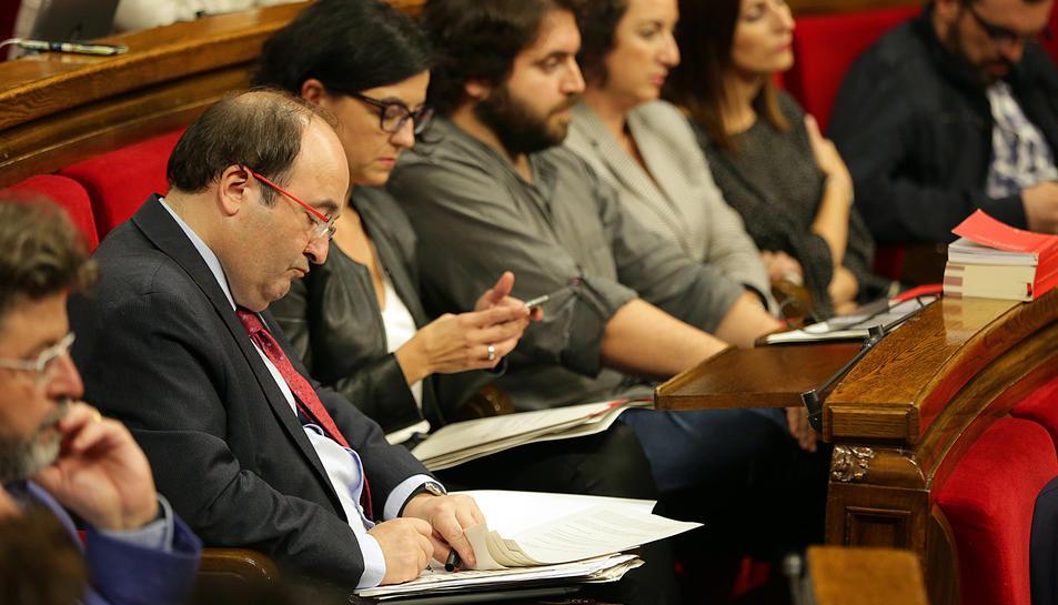 El primer secretari del PSC, Miquel Iceta, al seu escó del Parlament durant la compareixença de Puigdemont.
