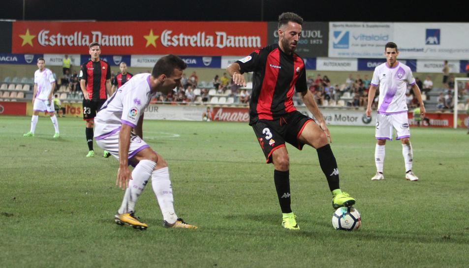 Álex Menéndez, titular en el lateral esquerre.