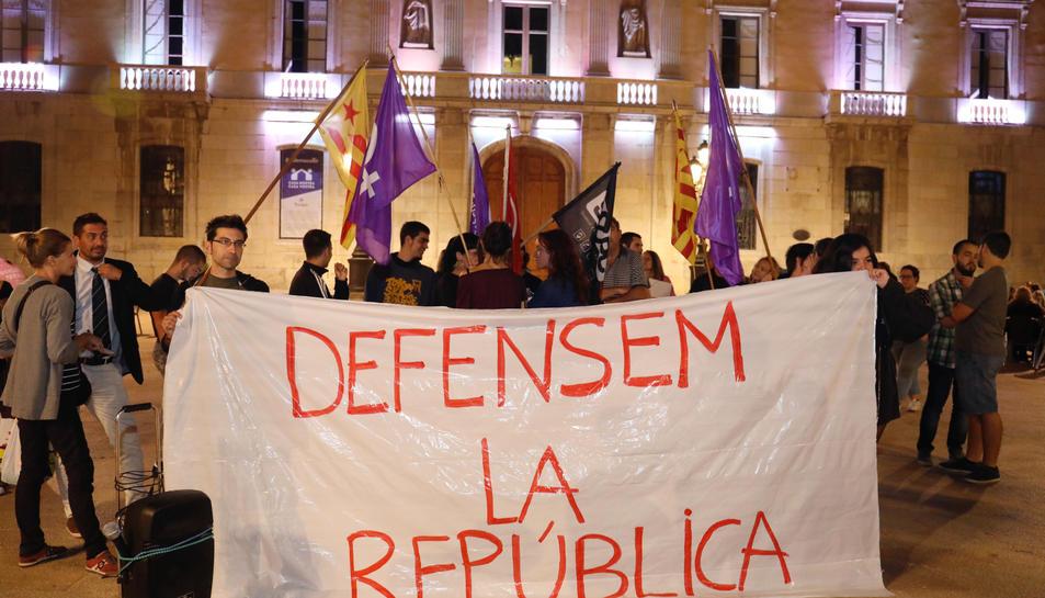 Nomñes una vintena de persones s'ha aplegat a la plaça de l Font després de la declaració 'suspesa' d'independència.