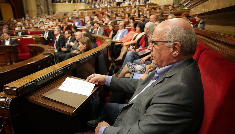El diputat de Catalunya Sí Que Es Pot Lluís Rabell al seu escó del Parlament durant la compareixença de Carles Puigdemont per valorar els resultats del referèndum de l'1-O.
