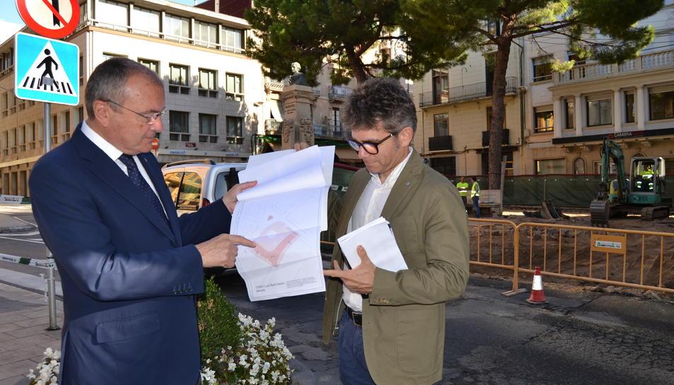 imatge de la visita d'obres a la plaça Catalunya amb l'alcalde de Reus, Carles Pellicer, i el regidor d'Urbanisme, Marc Arza.