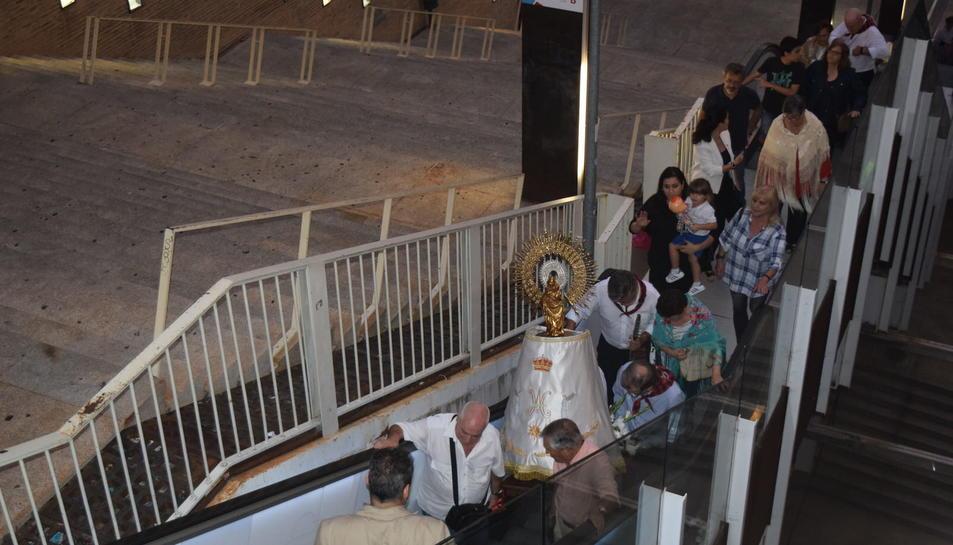 La imatge del Pilar pujant les escales del Palau de Congressos de Tarragona
