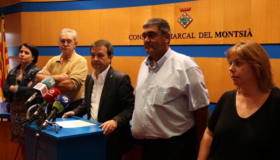 El president del Consell Comarcal del Montsià, Francesc Miró, compareixent envoltat dels consellers socialistes.