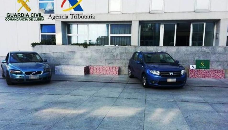 Imatge de dos dels vehicles utilitzats pels presumptes contrabandistes de tabac procedent d'Andorra.