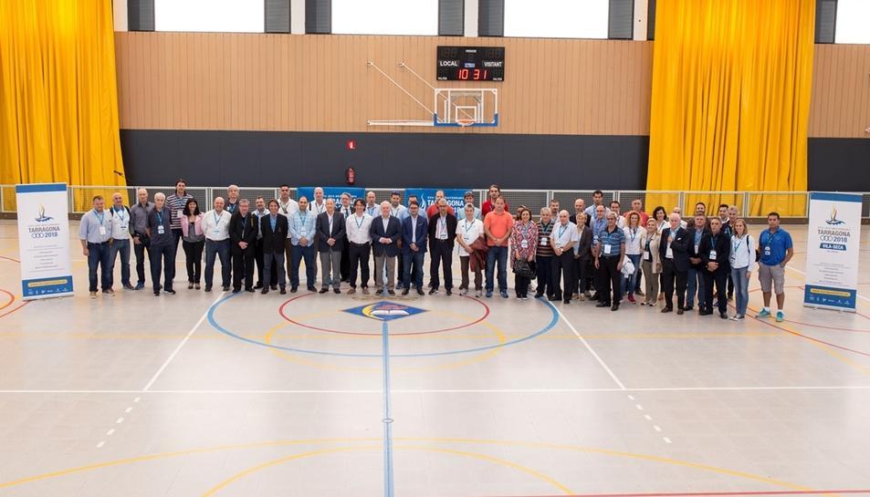 Foto de grup dels representants internacionals dels països que pariciparan als Jocs Mediterranis 2018 al Pavelló de Vila-seca