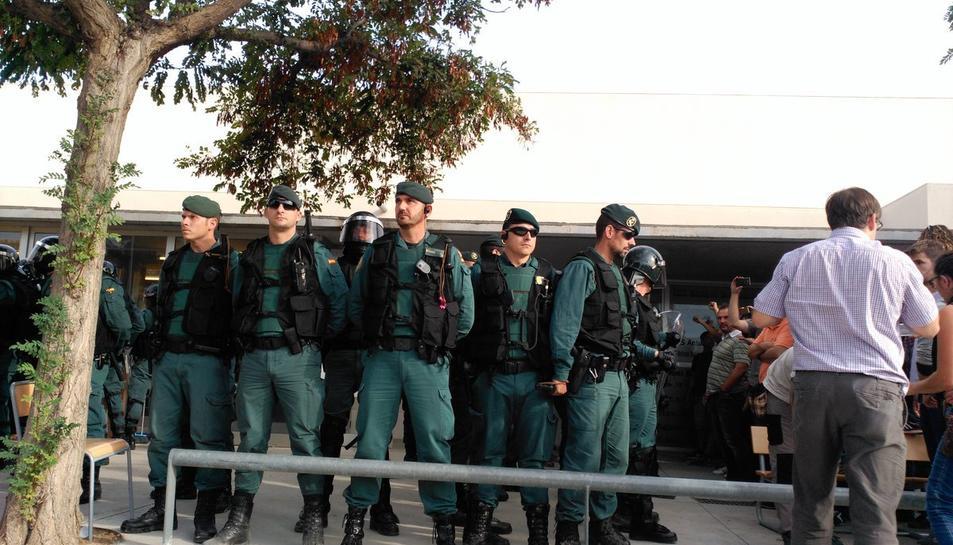 Imatge de la presència de la Guàrdia Civil a Mont-roig l'1 d'octubre.