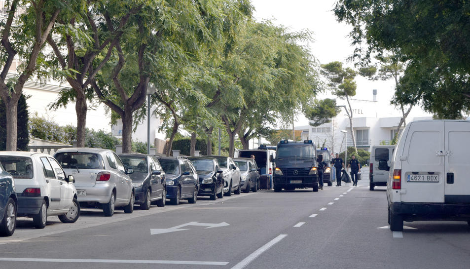 Diverses furgonetes policials s'han vist aquest matí davant l'establiment Hotel Best Sol d'Or