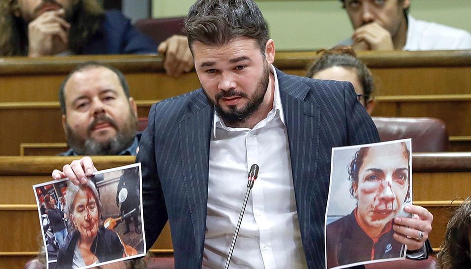 Gabriel Rufián mostrant imatges dels ferits l'1-O a Catalunya al Congrès dels Diputats.
