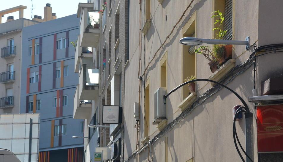 Nous punts de llum instal·lats al carrer López Peláez.