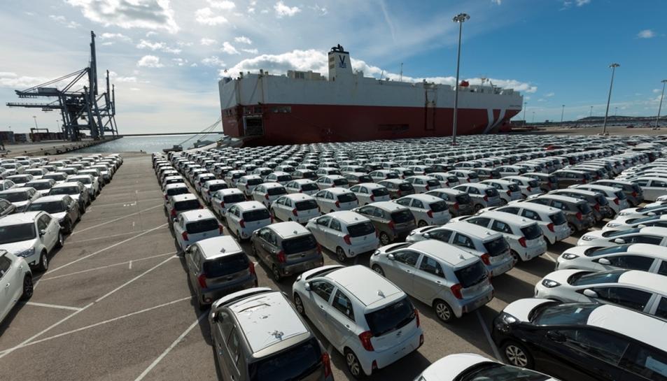 Centenars de vehicles al Port de Tarragona, esperant nou destí.