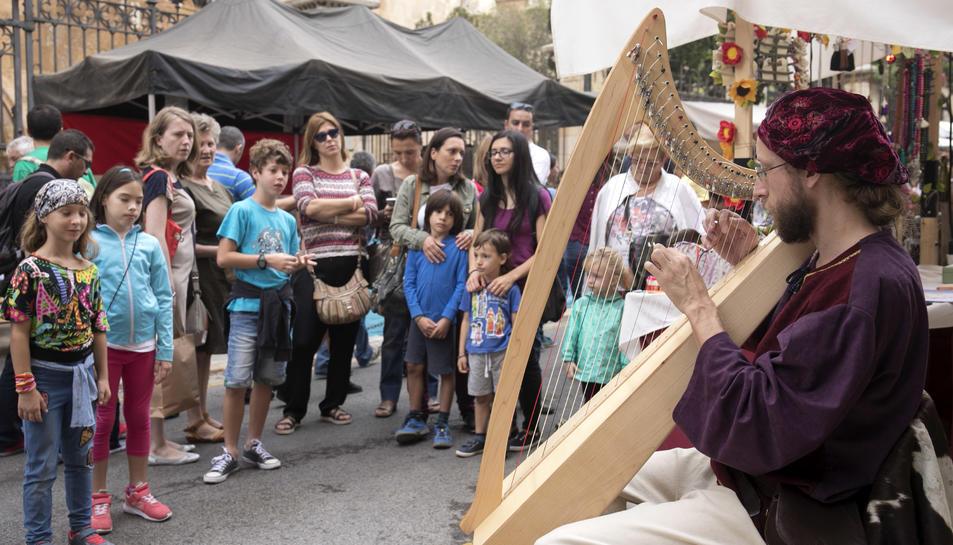 Centenars de persones ja van gaudir, durant la jornada d'ahir, del Mercat Medieval de Tarragona.