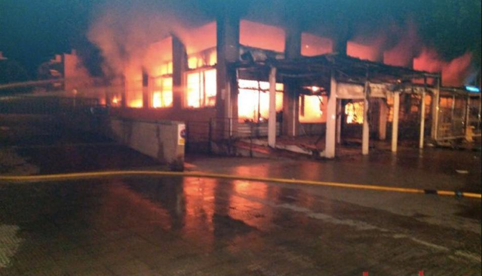 Imatge de les flames que sortien del basar, aquesta passada matinada.