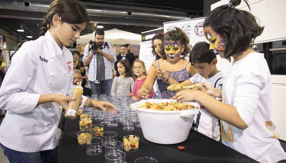 Amb només 11 anys, la petita xef és tot un talent cuinant i posant-se davant de gent i càmeres.