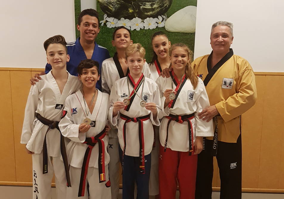 Els esportistes del Gym Koryo amb les seves medalles guanyades a l'Open de València.