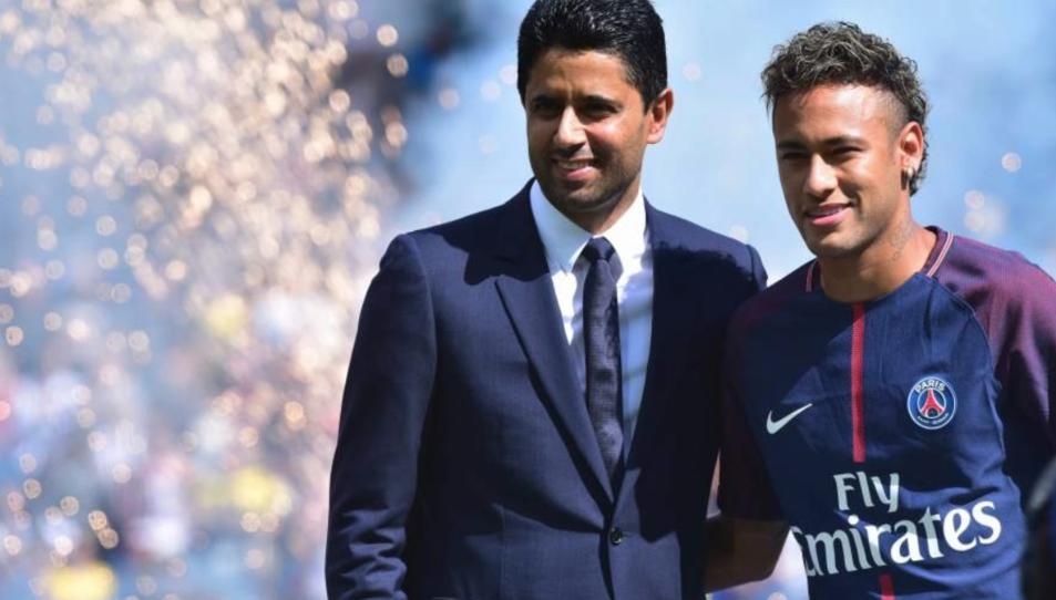 Neymar, en su presentación con el presidente del PSG, Nasser Al-Khelaifi.