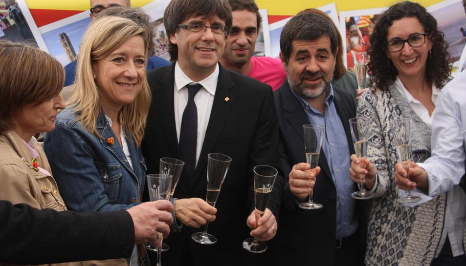 Imatge d'arxiu del president de la Generalitat, Carles Puigdemont, fent un brindis amb Carme Forcadell, Marta Rovira i Jordi Sánchez.