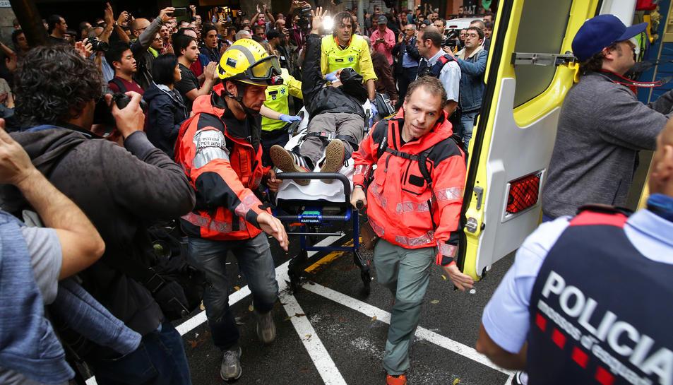 El SEM evacuant un dels ferits durant aquest 1 d'octubre.