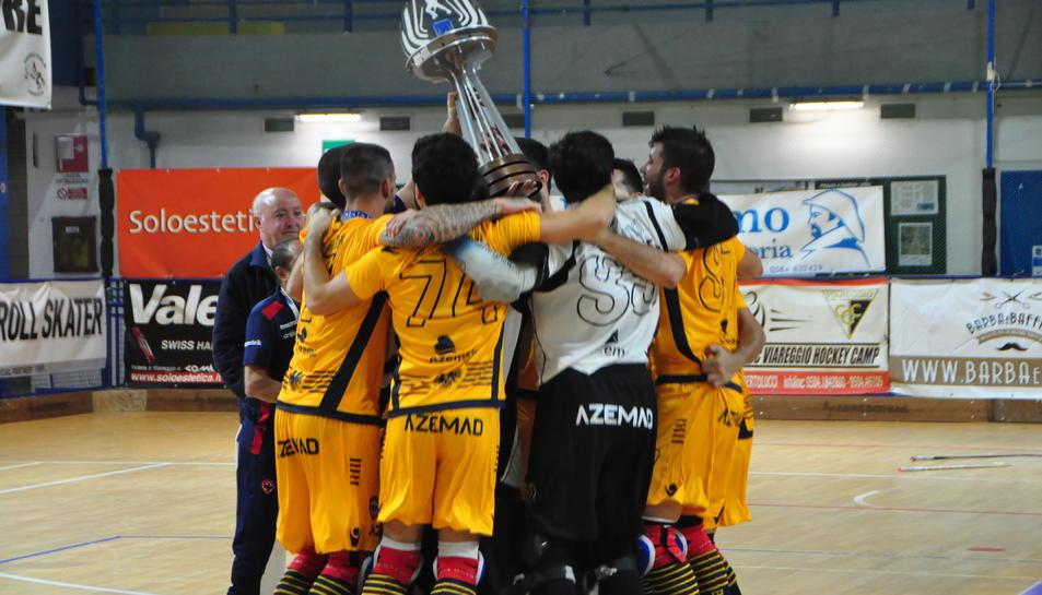 Els jugadors de l'Oliveirense aixequen la Copa amb la satisfacció d'haver fet bé la feina durant el cap de setmana.