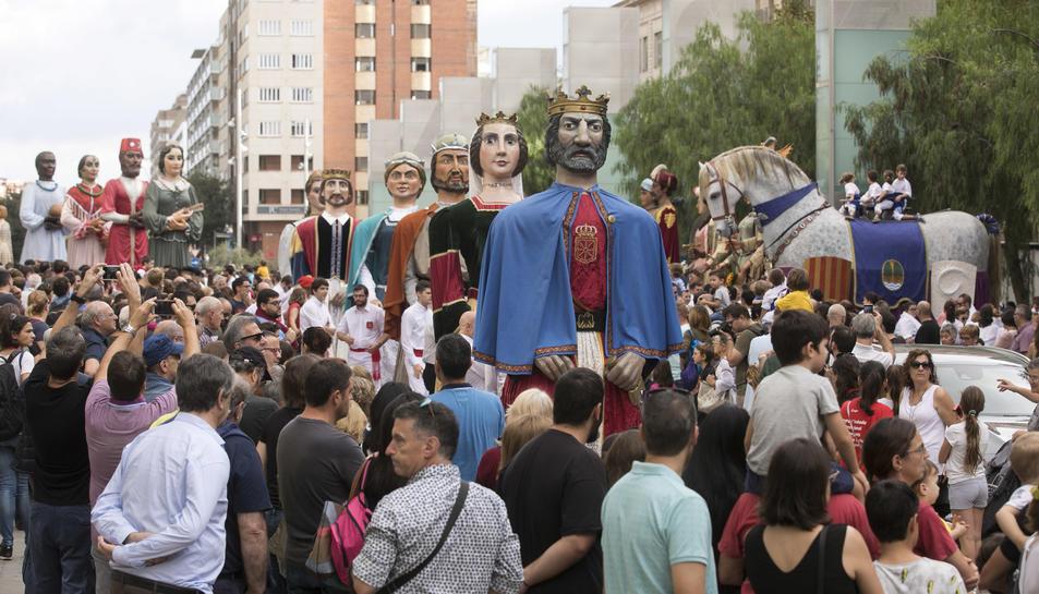En primer pla, els Gigantes de Tudela. A la dreta el Cavall dels Nebot i a l'esquerra els de Xàtiva.
