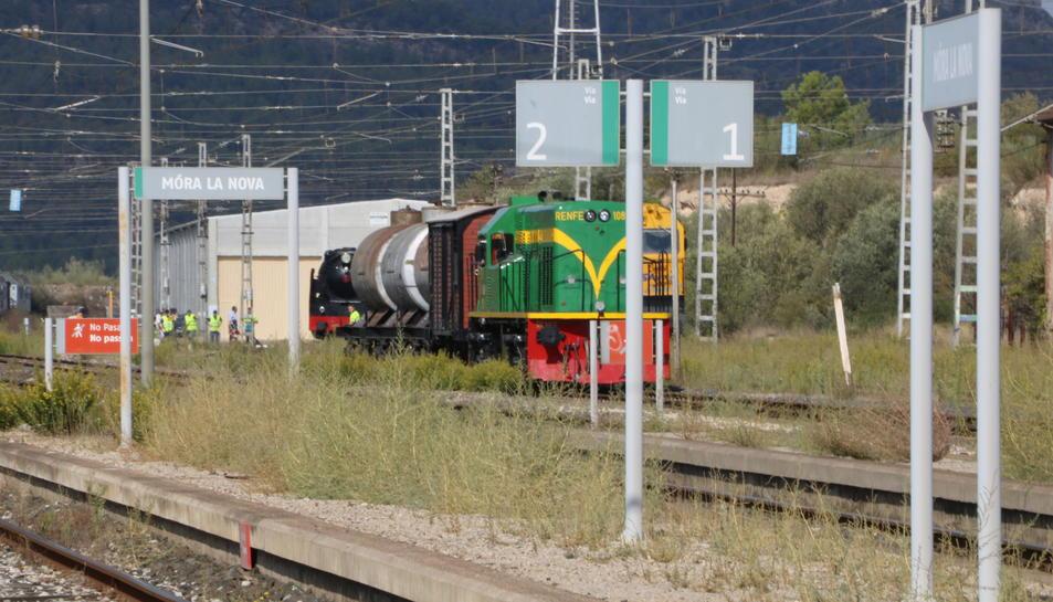 Pla obert de la locomotora 'yeyé' i la 'Bonita', en segon pla, entrant a l'estació de Móra la Nova. Imatge del 15 d'octubre de 2017